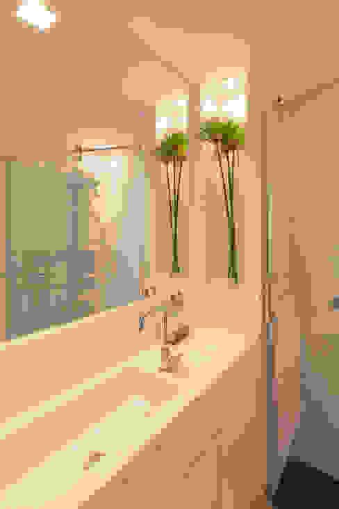 303 Apartment Modern Bathroom by Estúdio Barino | Interiores Modern