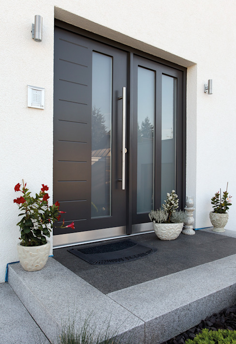 Puertas principales de estilo  por FingerHaus GmbH - Bauunternehmen in Frankenberg (Eder), Mediterráneo