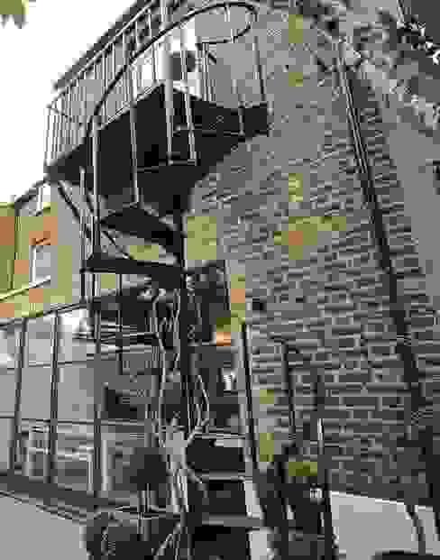 Full House Renovation with Crittall Extension, London Balkon, Beranda & Teras Gaya Industrial Oleh HollandGreen Industrial