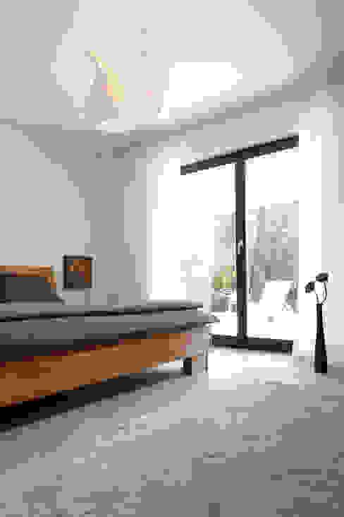 Dormitorios modernos: Ideas, imágenes y decoración de FingerHaus GmbH - Bauunternehmen in Frankenberg (Eder) Moderno