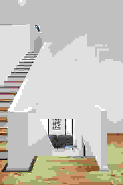 Flurbereich 1. OG Klassischer Flur, Diele & Treppenhaus von Architektur I Stadtplanung Verhoeven Klassisch