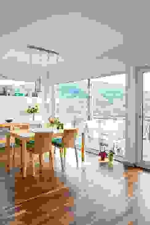 Frei geplantes Kundenhaus - Esszimmer mit Ausblick Moderne Esszimmer von FingerHaus GmbH - Bauunternehmen in Frankenberg (Eder) Modern