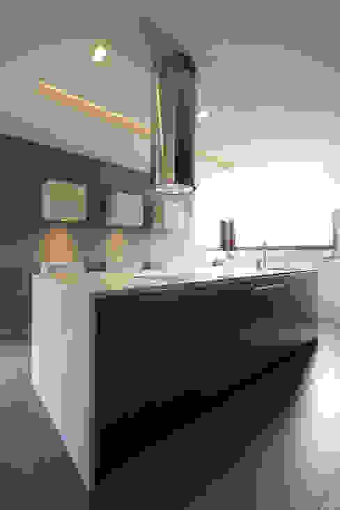 Dom jednorodzinny w Chybach: styl , w kategorii Kuchnia zaprojektowany przez Studio Nomo,Nowoczesny