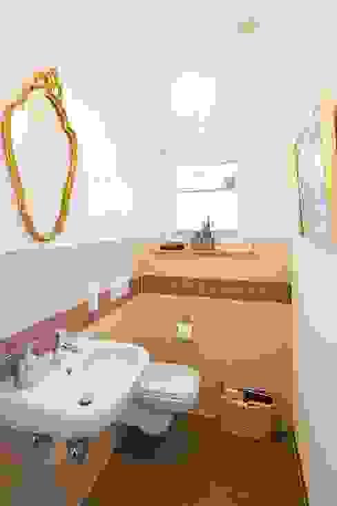 Country style bathroom by FingerHaus GmbH - Bauunternehmen in Frankenberg (Eder) Country