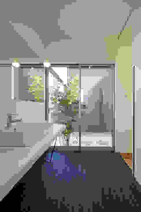 現代浴室設計點子、靈感&圖片 根據 NEWTRAL DESIGN 現代風