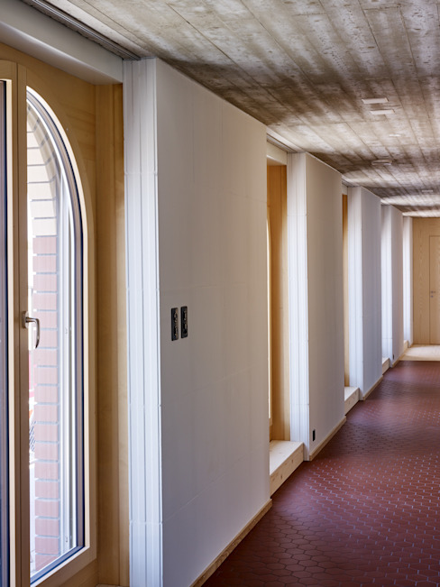Wohnung Dachgeschoss: Langer Korridor mit einer Serie von Terrassentüren Moderner Flur, Diele & Treppenhaus von Käferstein & Meister Dipl. Architekten ETH BSA SIA Modern
