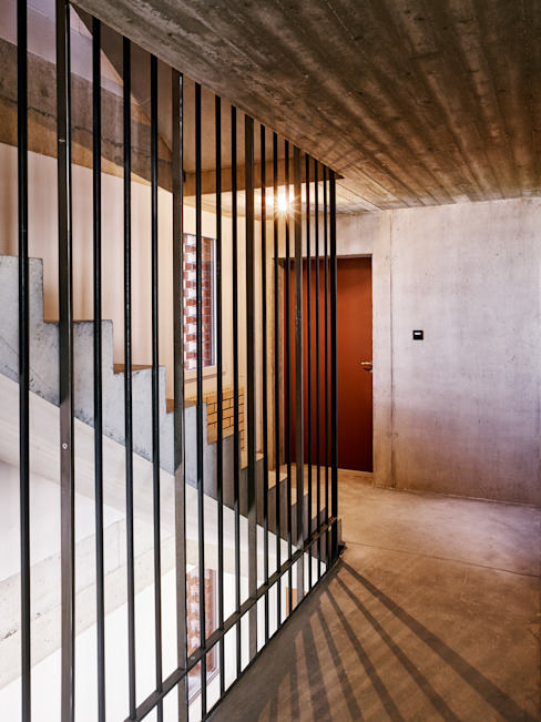Treppenhaus Obergeschoss Moderner Flur, Diele & Treppenhaus von Käferstein & Meister Dipl. Architekten ETH BSA SIA Modern