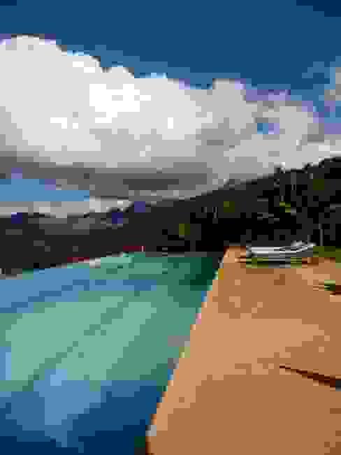 Piscina com raia de 20 metros e borda infinita Piscinas minimalistas por Ronald Ingber Arquitetura Minimalista