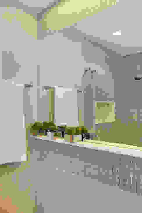 現代浴室設計點子、靈感&圖片 根據 Carolina Mendonça Projetos de Arquitetura e Interiores LTDA 現代風