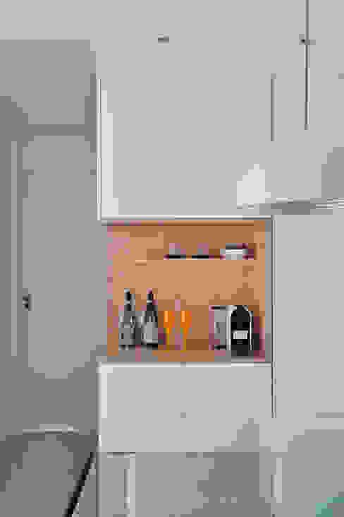 Phòng khách by Carolina Mendonça Projetos de Arquitetura e Interiores LTDA