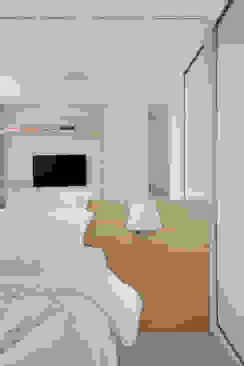 Camera da letto moderna di Carolina Mendonça Projetos de Arquitetura e Interiores LTDA Moderno