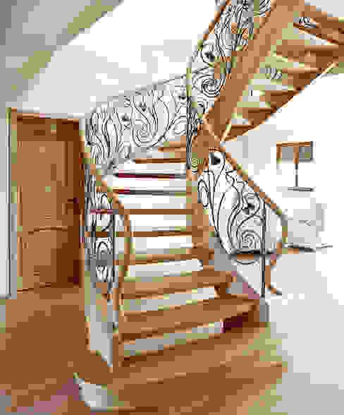 ST470 Schody klasyczne dębowe z ręcznie kutą stalową balustradą / ST470 Classical Stairs with hand-wrought steel balustrades: styl , w kategorii Korytarz, przedpokój zaprojektowany przez Trąbczyński,Klasyczny