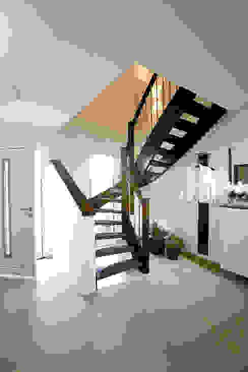 Corredores, halls e escadas modernos por FingerHaus GmbH - Bauunternehmen in Frankenberg (Eder) Moderno