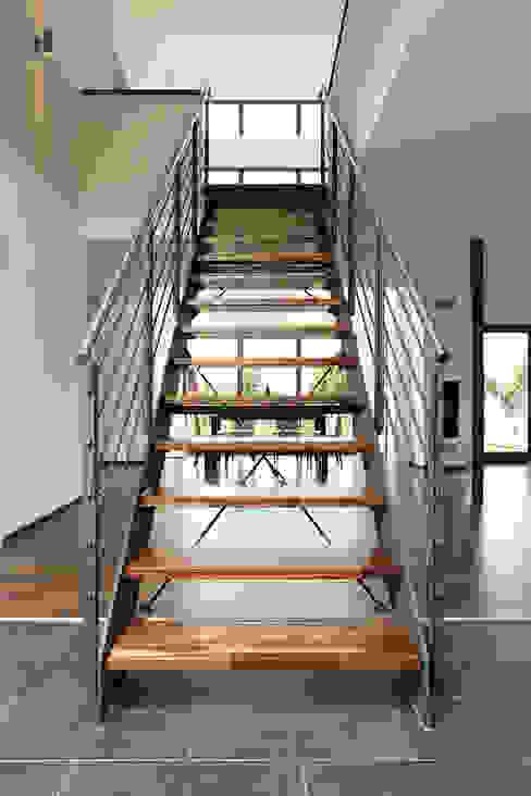 Nowoczesny korytarz, przedpokój i schody od FingerHaus GmbH - Bauunternehmen in Frankenberg (Eder) Nowoczesny