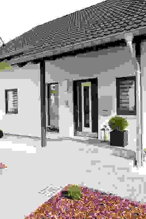Puertas de entrada de estilo  por FingerHaus GmbH - Bauunternehmen in Frankenberg (Eder), Moderno