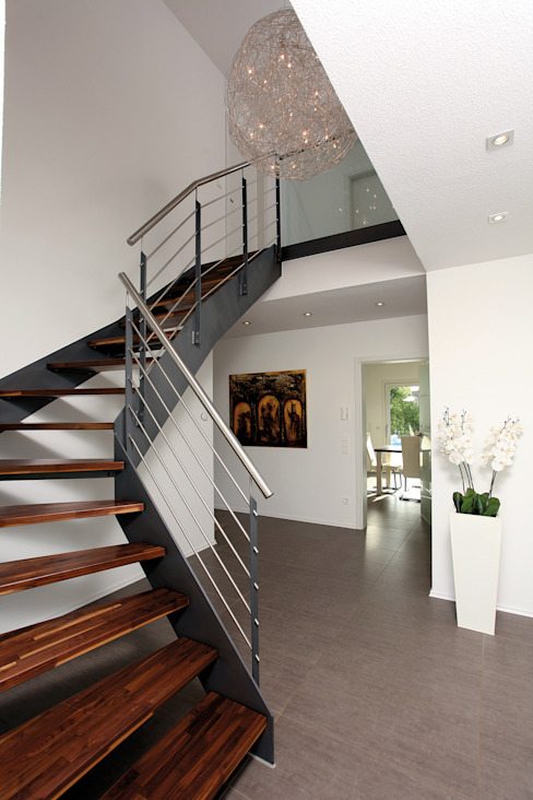 FingerHaus GmbH - Bauunternehmen in Frankenberg (Eder) Pasillos, vestíbulos y escaleras modernos