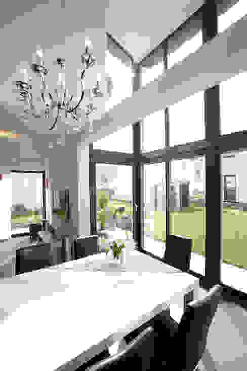 Frei geplantes Kundenhaus - Essbereich im Wintergarten Moderne Esszimmer von FingerHaus GmbH - Bauunternehmen in Frankenberg (Eder) Modern