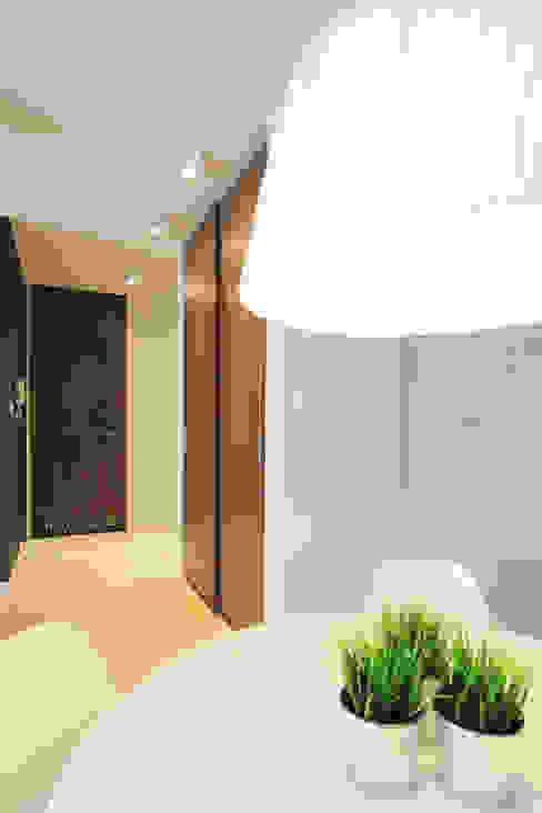 Mieszkanie na wynajem, Poznań Nowoczesny korytarz, przedpokój i schody od Studio Nomo Nowoczesny