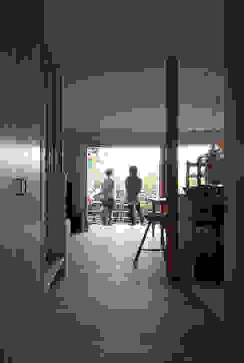 松原正明建築設計室 Modern corridor, hallway & stairs