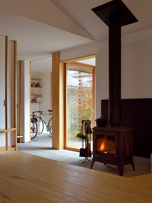 Modern living room by 松原正明建築設計室 Modern