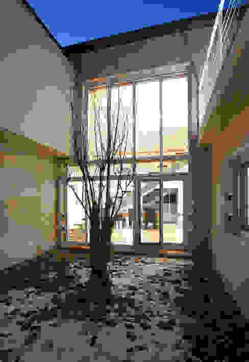 Balcones y terrazas de estilo moderno de (주)건축사사무소 아뜰리에십칠 Moderno