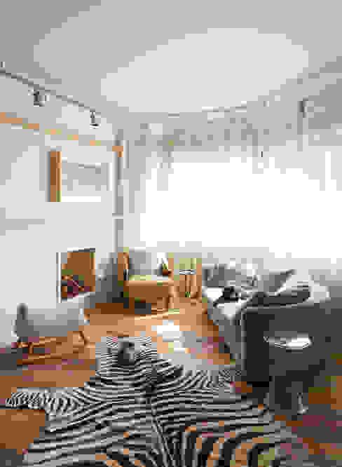 Sala de estar com lareira Salas de estar ecléticas por H2C Arquitetura Eclético
