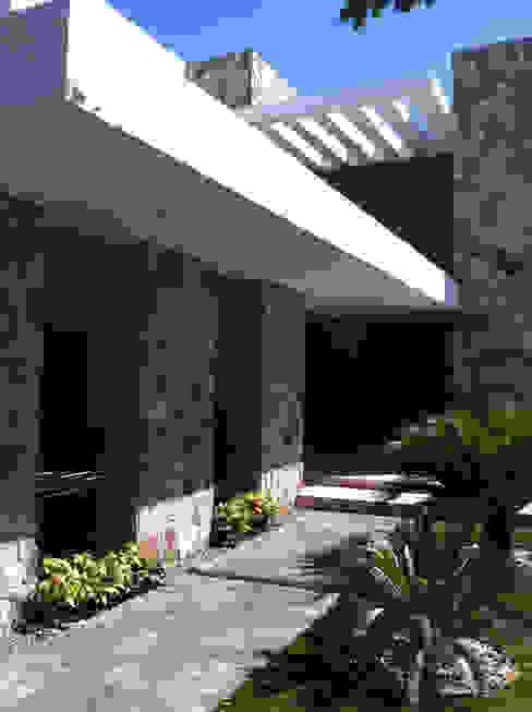 Casas modernas de Hussein Garzon arquitectura Moderno Piedra