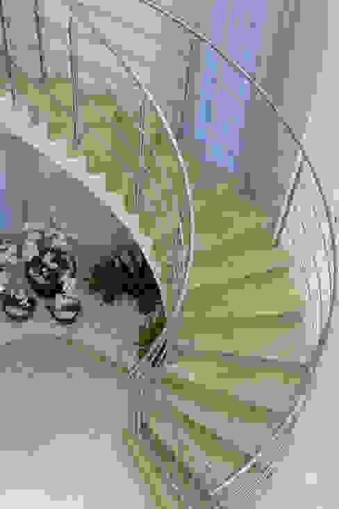 Pasillos, vestíbulos y escaleras modernos de Designer de Interiores e Paisagista Iara Kílaris Moderno