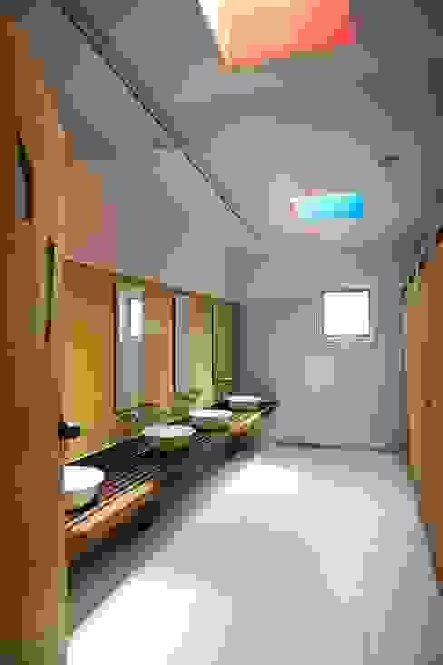 Toilet: KAWA Design Group의  욕실,모던