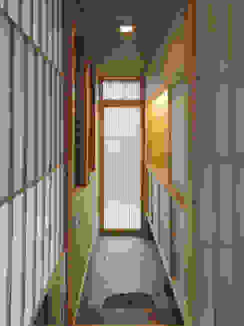 ふつうの家 03 モダンスタイルの 玄関&廊下&階段 の Love the Life モダン