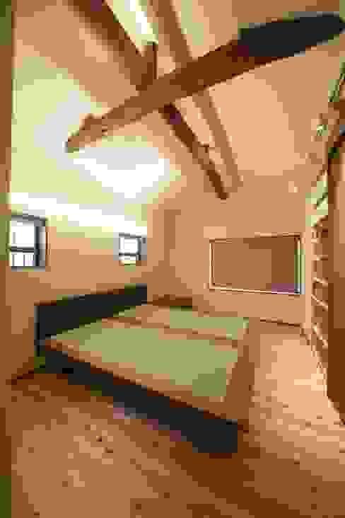 「牟礼の家」(古民家リノベーション)  寝室: 株式会社 創芸が手掛けたクラシックです。,クラシック