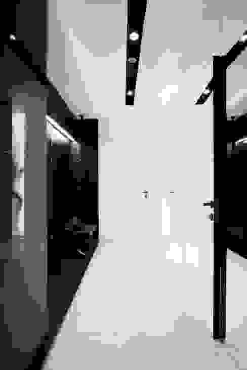 ART. – SPORT – RELAX Warszawa - mieszkanie 90 m2 Nowoczesny korytarz, przedpokój i schody od TG STUDIO Nowoczesny