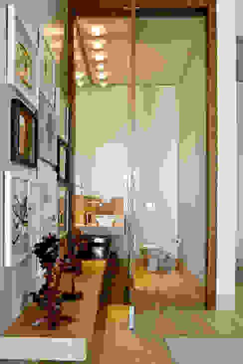 Ванные комнаты в . Автор – Ana Paula e Sanderson Arquitetura, Модерн