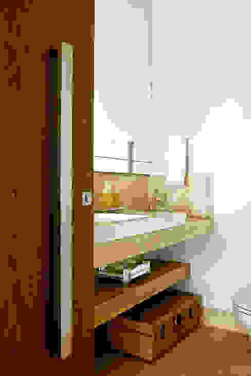 Casas de banho modernas por Ana Paula e Sanderson Arquitetura Moderno