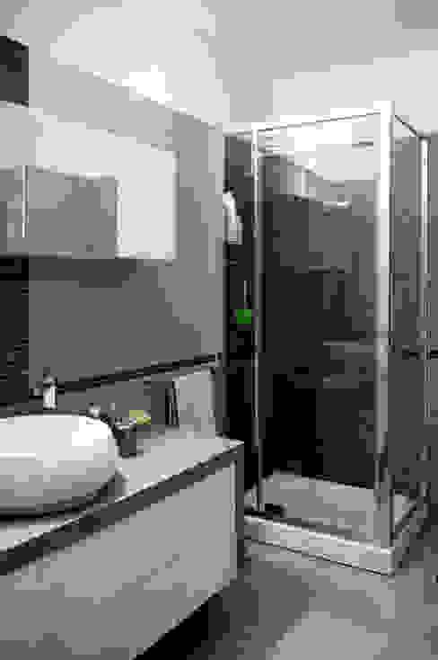 bagno di servizio Bagno moderno di MedomStudio Moderno