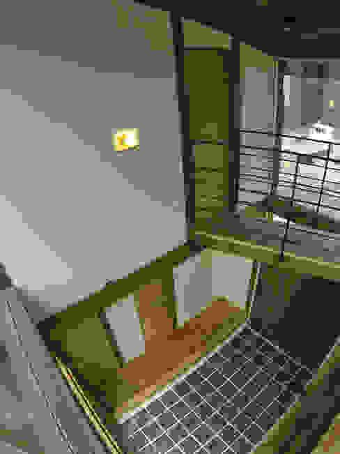 土間 ラスティックな 多目的室 の Interstudio Architects & Associates Japan ラスティック