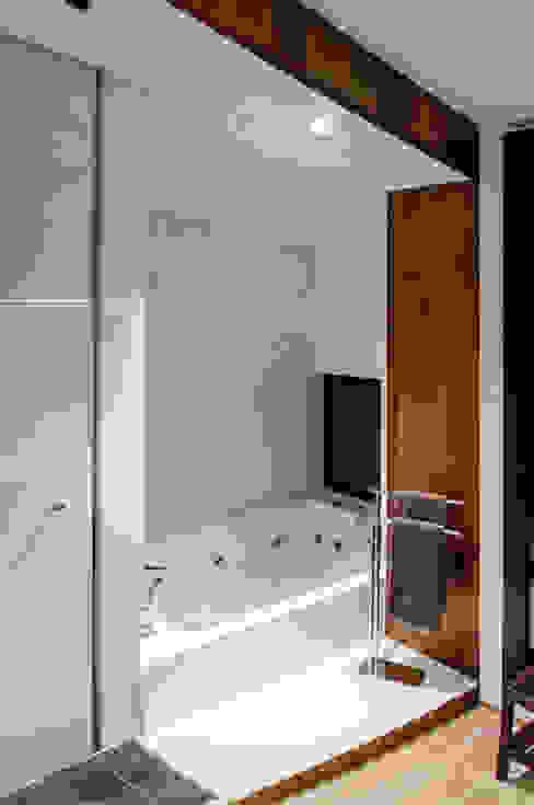 Vivienda Unifamiliar Baños de estilo ecléctico de cota-zero, tenica y construcción integrada, s.l. Ecléctico