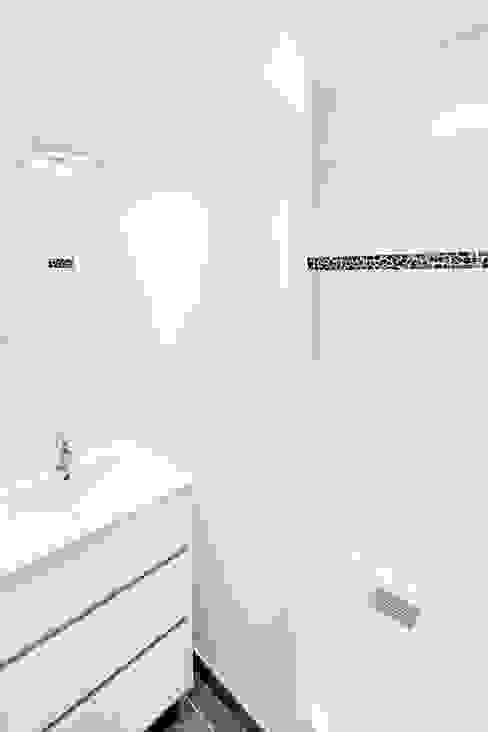 RÉHABILITATION LOGEMENTS COLLECTIFS Salle de bain moderne par Cendrine Deville Jacquot, Architecte DPLG, A²B2D Moderne
