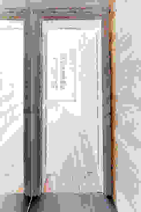RÉHABILITATION LOGEMENTS COLLECTIFS Couloir, entrée, escaliers modernes par Cendrine Deville Jacquot, Architecte DPLG, A²B2D Moderne