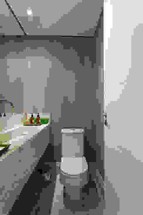 ห้องน้ำ โดย Karen Pisacane ,