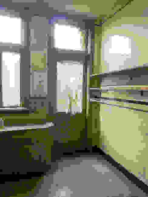 keuken, oude situatie:   door Voorwinde Architecten,