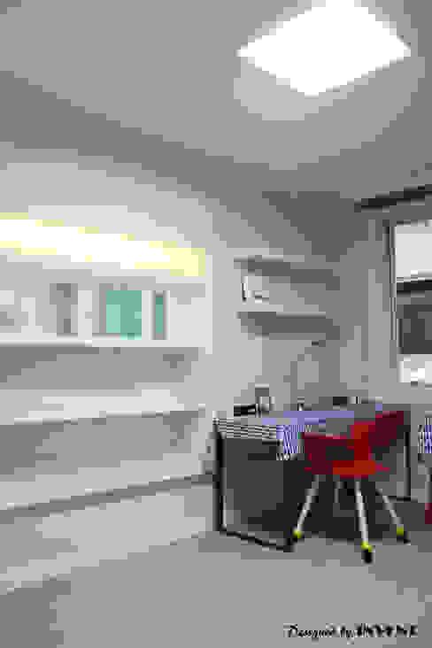 Phòng trẻ em phong cách hiện đại bởi 인벤트 디자인 Hiện đại