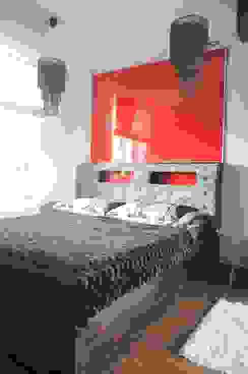 Małe mieszkanie z czerwonymi akcentami Nowoczesna sypialnia od Perfect Home Nowoczesny