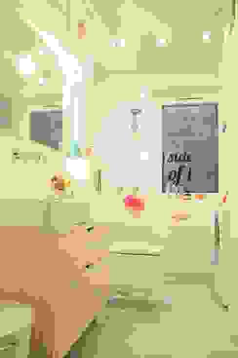 Pastelowa łazienka z przesłaniem ...Always look on the ...kto odgadnie?:) Nowoczesna łazienka od Perfect Home Nowoczesny
