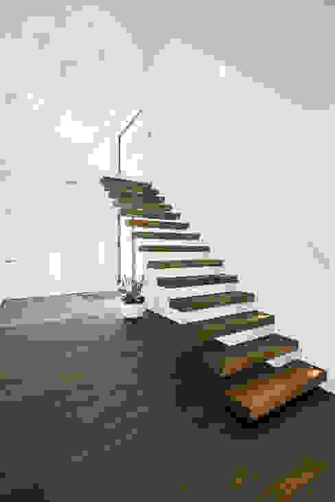 Eigentijds wonen in een rietgedekte villa:  Gang en hal door Lab32 architecten,