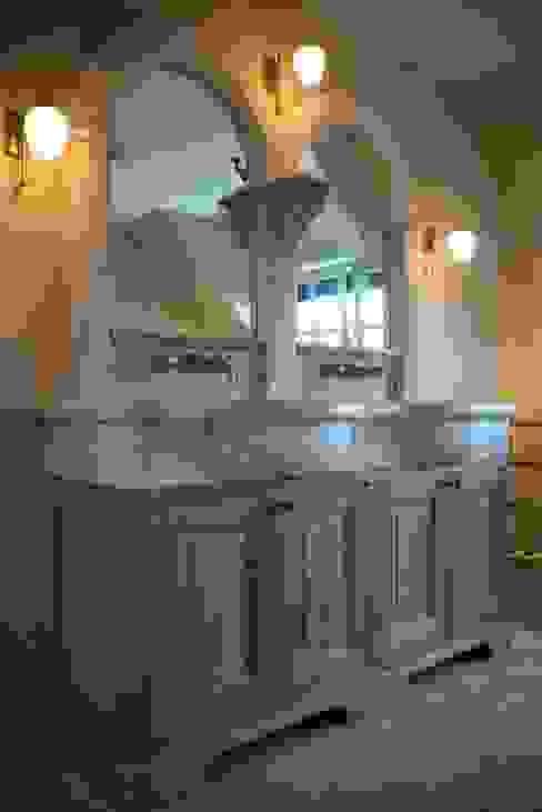 Antiek badmeubel met Kenny&Mason muurkranen:  Badkamer door Taps&Baths,