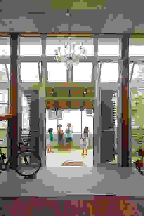 南に開いた玄関 和風デザインの テラス の Atelier Nero 和風