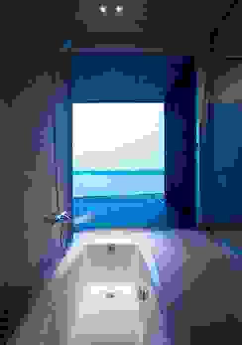 wada house: 髙岡建築研究室が手掛けた浴室です。,モダン