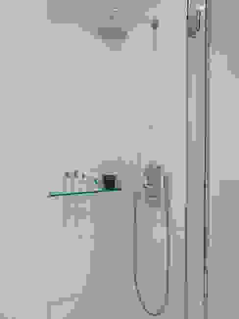 Bathroom من Collective Works حداثي