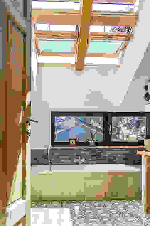Badezimmer mit viel Tageslicht von oben Moderne Badezimmer von architektur. malsch - Planungsbüro für Neubau, Sanierung und Energieberatung Modern
